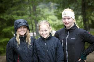 Vännerna Linnea, Cornelia och Merete från Harmånger ridklubb höll ställningarna på banorna.