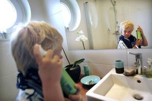 Klockan 08.30 ska klassen i Åbyggebo skola samlas utanför Oslättfors kyrka. Filip Geholm fixar till frisyren en sista gång hemma framför spegeln.