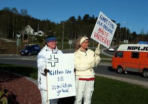 Åsa Tallqvist och Karin Mannberg stod mitt i en av rondellerna i Sollefteå.