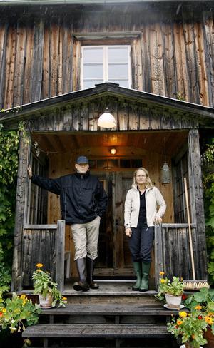 Lars Nord och Karin Forsberg har fått Heimbygdas byggnadsvårdspris och deras gård har blivit byggnadsminnesmärkt.
