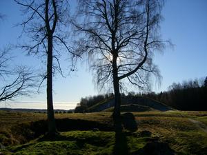 Sol, klar luft. Norrsidan av högen är vit av frost.