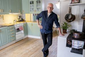 Köket i Caj-Åke Hägglunds lägenhet är renoverat och håller modern standard.