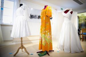 Kort på 1960-talet, vardagskläder på 1970-talet och prinssesmodeller på 80-talet. Den brandgula klänningen bar Pell Lena Norin när hon gifte sig med Hans 1975.