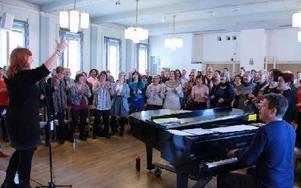 Övade så det sjöng om det. Anki och Magnus Spångberg ledde gospelhelgen med 130 körsångare i Falun.