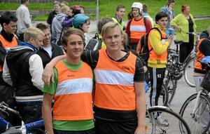 Statuerar exempel. David Engström och Anton Kroon deltar för tredje gången i Pihlskolans tävling Utmaningen och känner sig riktigt uppladdade inför uppgiften att ta sig fram de fem milen genom cykling, löpning, orientering och paddling.