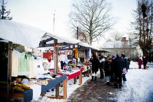 Knallar hör till på en julmarknad och några stånd återfanns här vid Trekanten och likaså inne i Capellet med flera platser.