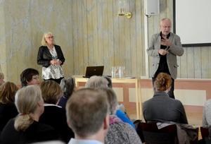 Utmaningar. Urbaniseringen och storstädernas tillväxt. Professor Erik Westholm köper inte bilden helt utan tror på landsbygdens framtid. Till vänster står Monica Rönnlund, Evidera AB, som berättade om förstudien om Bergslagsakademin.