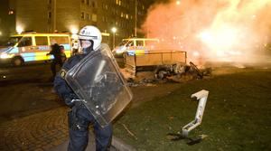 Polis ingriper under kravaller i Malmö 2008.
