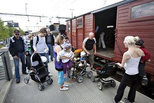POPULÄRT. Tågets dag lockade mycket folk. Det var trångt på tåget som tog besökare från järnvägsstationen till museet.