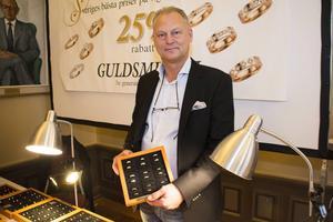 Per Bengtson visade vigselringar. Just nu ska det vara klassisk design på ringarna, och Per tar emot många specialbeställningar.