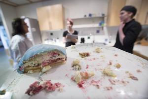En blå tårtbit har legat i kylen i tre dagar.