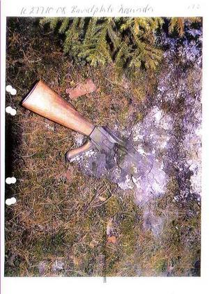 Efter rånet skjutsade den 21-årige Sandviksbon rånartrion till Årsunda där de eldade upp kläderna som de haft på sig under rånet. Rånarna kastade också plastkopian av en AK47:a som de använt vid rånet på elden. Foto: Polisen