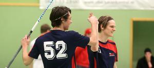 Stefan Westman (till vänster) och Jonathan Widerströms gjorde fem respektive tre mål när IBK Härnösand enkelt förpassade Vattjom ut ur årets DM-spel. 18-7 slutade mötet i Öbacka Sportcenter.
