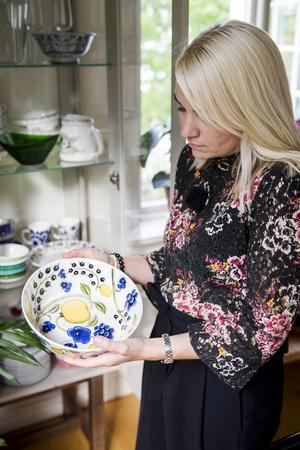 """I vitrinskåpet i köket samlar Johanna sitt porslin – en blandning av retro och finsk design. Skålen är från Arabias serie """"Paratiisi"""", Paradis."""
