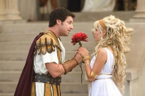 "Adam Sandler (som gladiator) och Teresa Palmer i en av ""godnattsagorna"" i ""Bedtime stories"". Foto: Tracy Bennett"