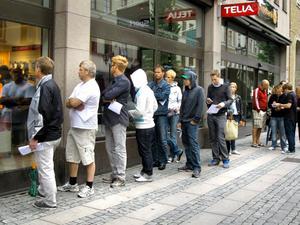 Ett par otåliga kunder väntade utanför Telias butik för att köpa nya Iphone 4.