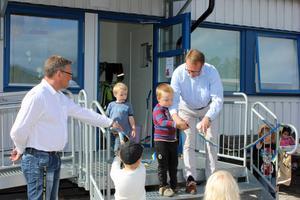 Torsten Medalen, verksamhetsnämndens ordförande Bergs Kommun, inviger Karlavagnen.