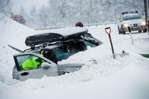 Fyra personer satt i bilen när den fick sladd i en kurva söder om Bjästa. Alla klarade sig oskadda.