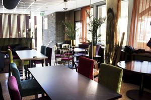 Den varma metallfärgen i pelarna lyfts fram här och där i inredningen. Restaurangdelen hade börjat ta form när Arbetarbladet var på plats på tisdagen. Vid invigningen kommer man inte att känna igen sig lovar Lars-Gunnar Wesslegård.
