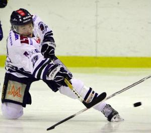 Erik Englund och hans ÖHC har svårt att dra publik, liksom övriga lag i hockeyns division 1 B. Serien är sämst i Sverige med 216 åskådare per match och går mot trenden då alla andra division 1-serier ökat sitt publiksnitt den här säsongen.   Foto: Johan Axelsson