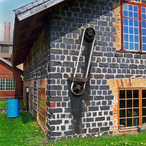 Den 23:e Maj besökte jag bl.a. Ramnäs gamla bruksområde under kunnig guidning. Vid den s.k. Klensmedjan, byggd av slaggsten, observerade jag en kul detalj. Det var denna utvändiga kraftöverföring från den nedre våningen till övervåningen!