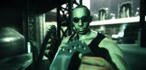 Riddick är en hejare på att smyga och klättra. Speciella glasögon gör att man ser extra bra i mörkret, vilket naturligtvis gör att man gärna gömmer sig där.