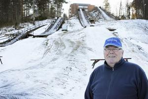Året runt. Här går det bra att hoppa även när det inte är snö tack vare plastklädda backar. Seppo Reijonen har varit ordförande i Fagersta backhopparklubb i tio år.
