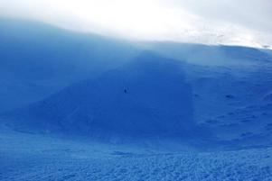 Lavinen  var omkring 50 meter bred. Snowboardåkaren i mitten av bilden hade tur och undgick att begravas under snömassorna