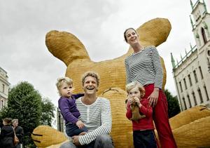 Barnens favoritkonstverk. Konstnären Florentijn Hofman tog med sin familj – Kim Hofman samt barnen Das och Dit till den stora gula kaninen på Stortorget i Örebro.Bild: Pavel Koubek