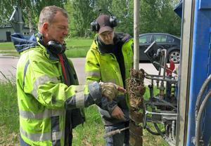 Ingvar Sundin och Markus Hagberg studerar lerans kvalitet i ett av markproven på fastlandssidan.