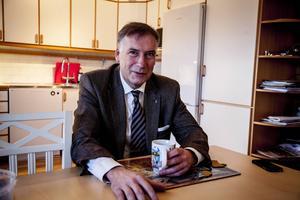 Ja till järnväg, njae til region. Landshövding Gunnar Holmgren talar ut hemma vid köksbordet i residenset i Härnösand.