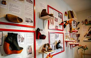 Objekten som ställs ut kommer främst från Ansas egen skosamlingen.