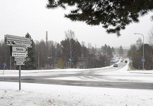 I oktober för tre år sedan föll snön på korsningen Sidsjövägen – Paviljongvägen. Då blev det också klart att en rondell skulle byggas på platsen för att underlätta trafiksituationen.