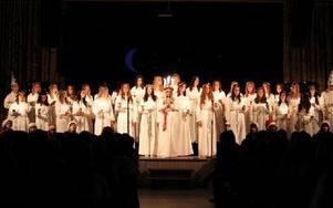 Luciafirandet var stämningsfyllt på Britsarvsskolan. Elever från skolan lussar för omkring 300 personer i skolans matsal. Foto: Curt Kvicker