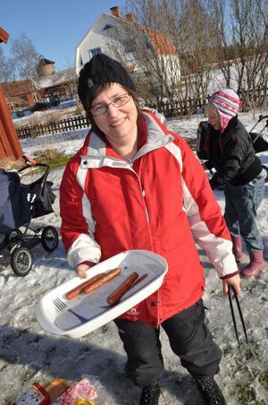 GRILLMÄSTARE. Anna-Britta Thuresson, assistent vid Hållnäs-Österlövsta församling, skötte korvgrillningen.