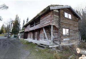 Det gamla vandrarhemmet uppe vid Frösötornet ska säljas för bortforsling. Här ska det bli fler parkeringar.