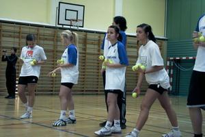 Fyra flickor och fyra pojkar bildade lag i Eldboll. Här är det laget från Alfta som siktar mot den stora bollen med sina tennisbollar.