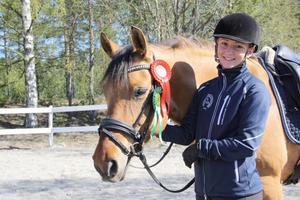 Fanny Sundh och ridskolehästen Bailey tog två placeringar.