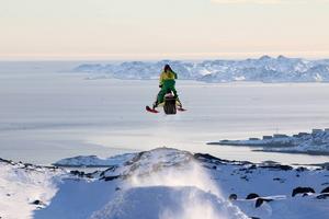 Patrik Berglund gör en så kallad stepdown med en vidunderlig utsikt över havet och staden Nuuk
