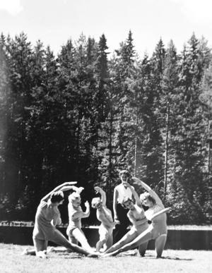 Delar av den kvinnliga eliten visar upp sig vid en sjö i Gustafs.