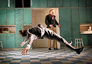 Obehaglig. Och rolig är Västmanlandsteaterns tolkning av Kvinnan som gifte sig med en kalkon.