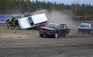 """Bengt """"Öset"""" Svedberg och Stefan Lind krokar ihop och rullar på tak. Bengt slår ner i räcket och måste hjälpas ur bilen med kofot. Dessbättre klarade sig båda förarna helskinnade."""