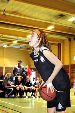 Ida Bergvall från Ekeby Kumla Basket koncentrerar sig ordentligt i straffkasttävlingen. Bild: JAN WIJK