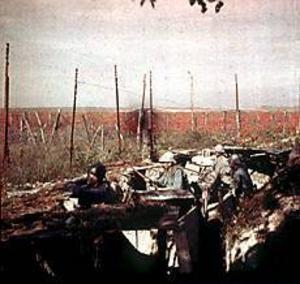 Foto: Scanpix På västfronten fastnade man snart i fastlåsta positioner. Här en av få färgbilder av en skyttegrav från det första världskriget, tagen av filmpionjärerna bröderna Lumière.