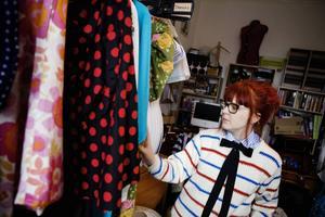 Till sitt klädmärke använder Jennie second hand-tyger. Jag tror på att använda det som redan finns i stället för att producera nytt säger hon.