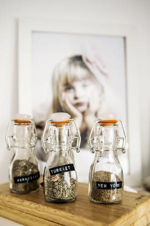 Liv samlar på sand och hon sparar den i små flaskor med fina etiketter.