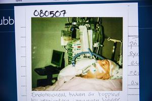 Fyra dagar efter hjärtstoppet. Kenneth ligger i koma. Personalen på Karolinska tar bilder och för dagbok.