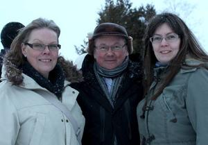 Ann Blomdahl, Delsbo och Monica Blomqvist, Storvik, ler ihop med kassören Erik Hildingson, Arbrå.