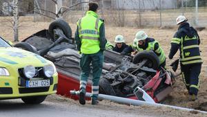 Ingen skadades vid olyckan på Slohagsvägen. Räddningstjänsten tog i och välte upp bilen.
