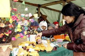 Garhytteskolans elever anordnade påskmarknad på Malmtorget under skärtorsdagen. Pilak Worpaeng passade på att handla lite inlagd sill av sonen Jet och hans skolkamrater.